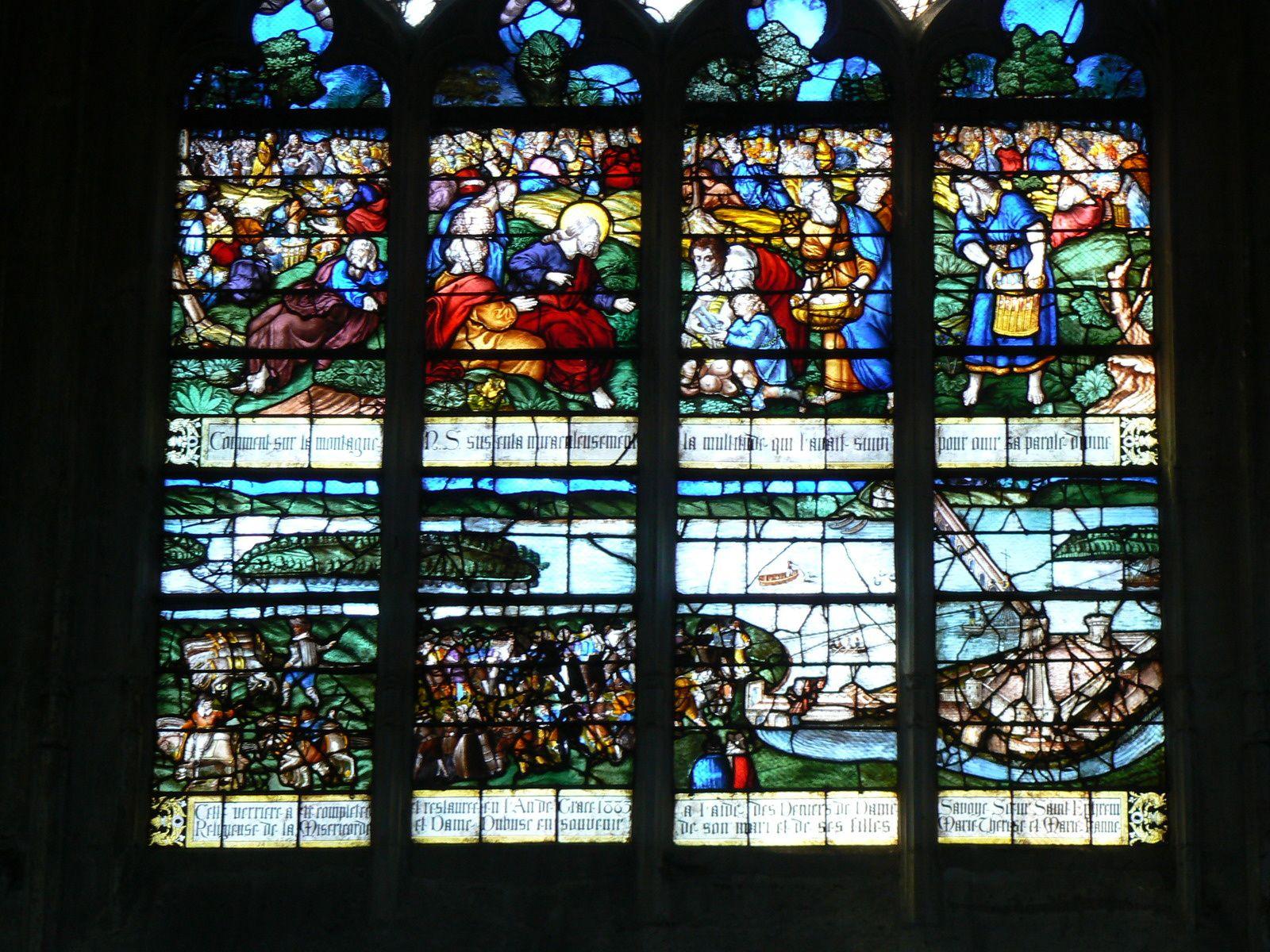 """Le vitrail dit du """"halage"""", daté de 1604, dans l'église Notre-Dame-des-arts, à Pont-de-l'Arche, montre le travail des monteurs de bateaux qui tiraient les cordes sous la conduite d'un maitre de pont afin que les bateaux ne cognent pas les piles du pont (clichés Armand Launay, décembre 2007)."""