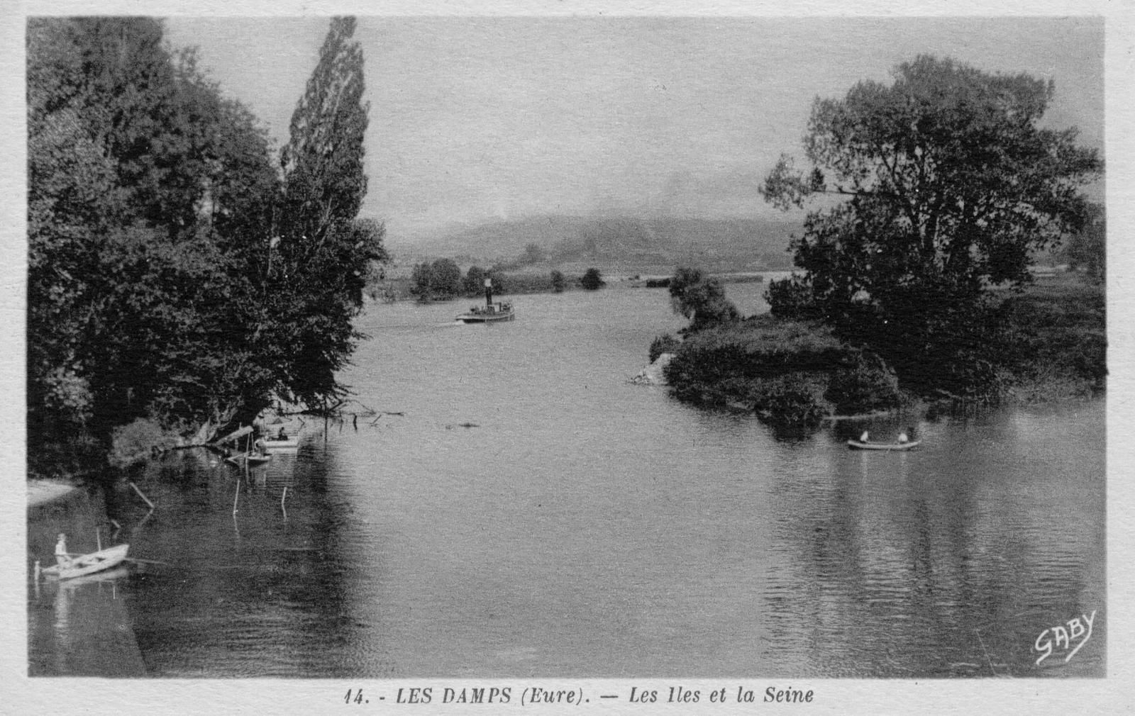 Naturellement situé aux Damps, le confluent entre l'Eure et la Seine a été déporté de 10 km en aval, entre 1934 et 1935, à Martot ; ceci afin de maintenir un niveau d'eau minimum du côté des habitations alors que le lit de la Seine avait été creusé afin de démolir le barrage de Martot sur la Seine. Ici on voit le confluent aux Damps avec, au fond, le pont ferroviaire du Manoir.