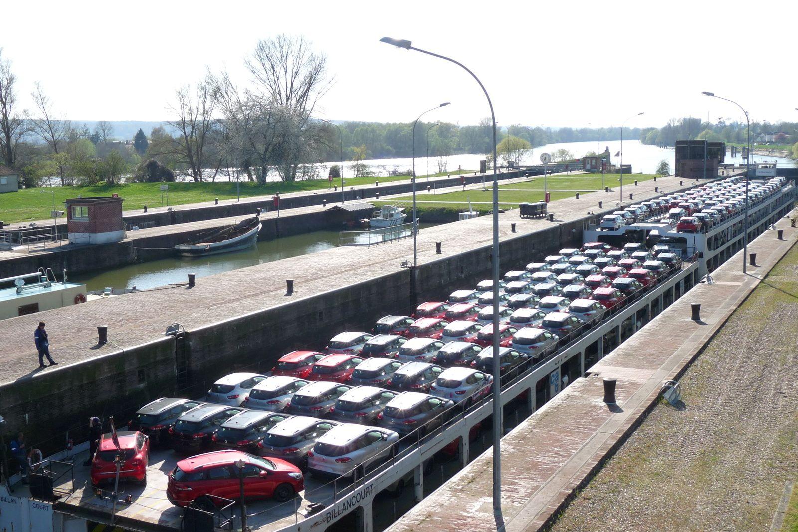 Vues sur les écluses et le barrage de Poses où transite toujours une activité économique, ici clairement tournée vers le transport autoroutier (clichés Armand Launay, juillet 2016).