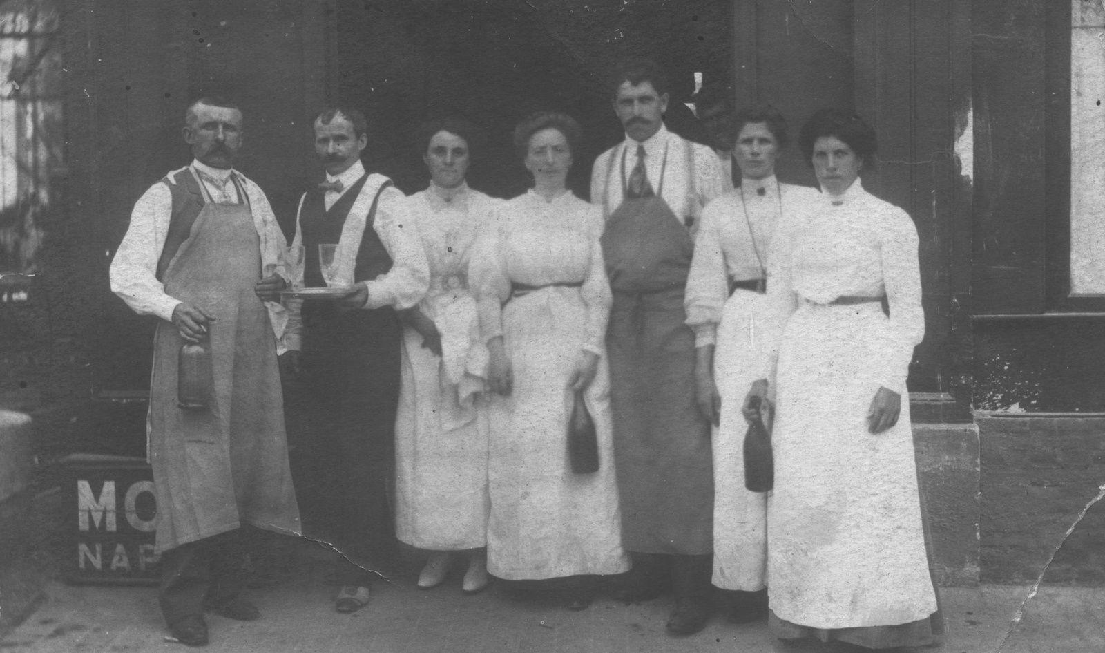 Des clients, puis des tenanciers, famille Saint-Pierre, et le personnel posant devant l'hôtel du Midi vers 1900 (photographies de la famille Duretz).