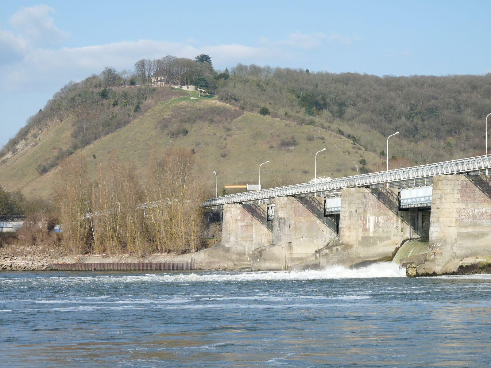 La côte des Deux-amants, avec au premier plan le barrage de Poses, vue depuis la rive gauche de la Seine (cliché Armand Launay, mars 2012).