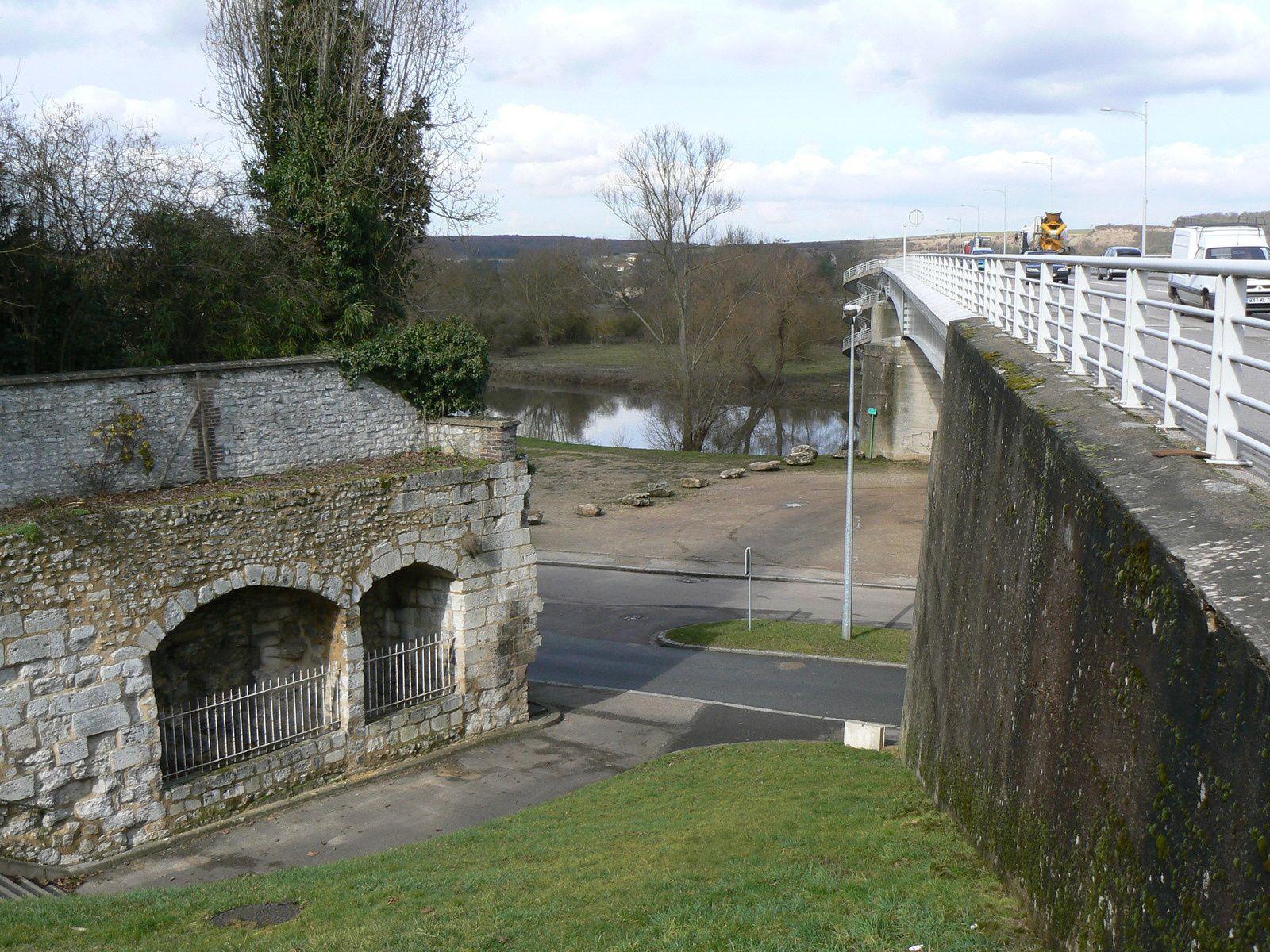 Les mystérieuses alcôves en mars 2010 (cliché Armand Launay) le long du pont du Maréchal-de-Lattre-de-Tassigny, du côté des Damps.