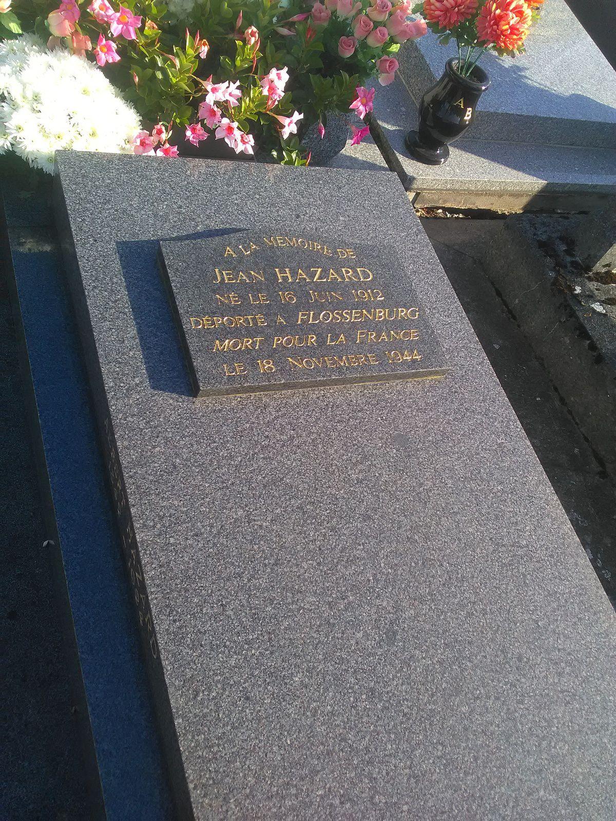 Sur la tombe familiale se trouve une plaque commémorative rappelant le décès en déportation de Jean Hazard. Elle se situe au cimetière de Pont-de-l'Arche, près de la croix hosannière, c'est-à-dire au centre (cliché Armand Launay, novembre 2017).
