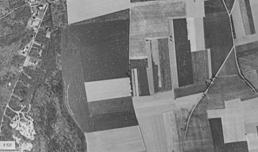 Vue aérienne des années 1950-1960 de l'espace de la Croix de Rouville (capture d'écran du site Géoportail).