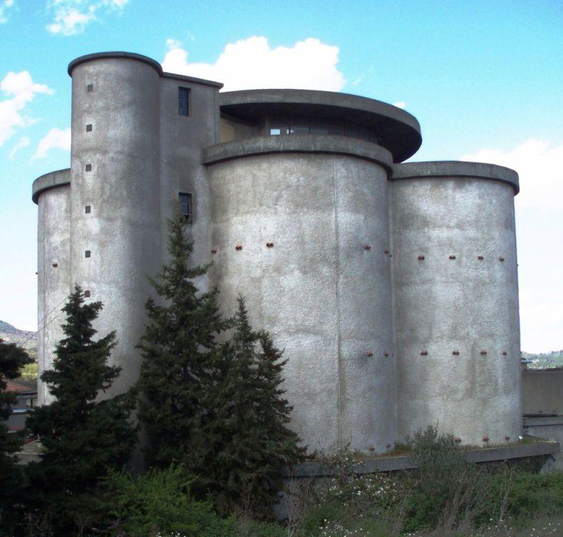 Belle oeuvre architecturale qui fait penser aux chateaux d'eau et aux usines à gaz photographiés par les admirables Bernd et Hilla BECHER (TYPOLOGIES)