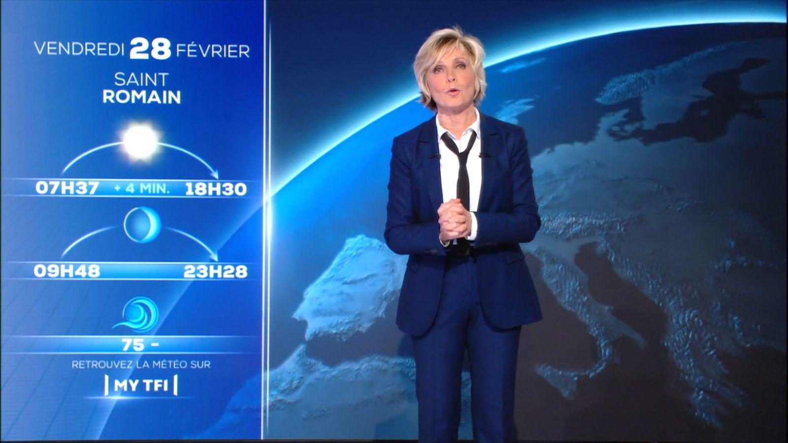 L'inhabituel tailleur-pantalon d'Evelyne dhéliat