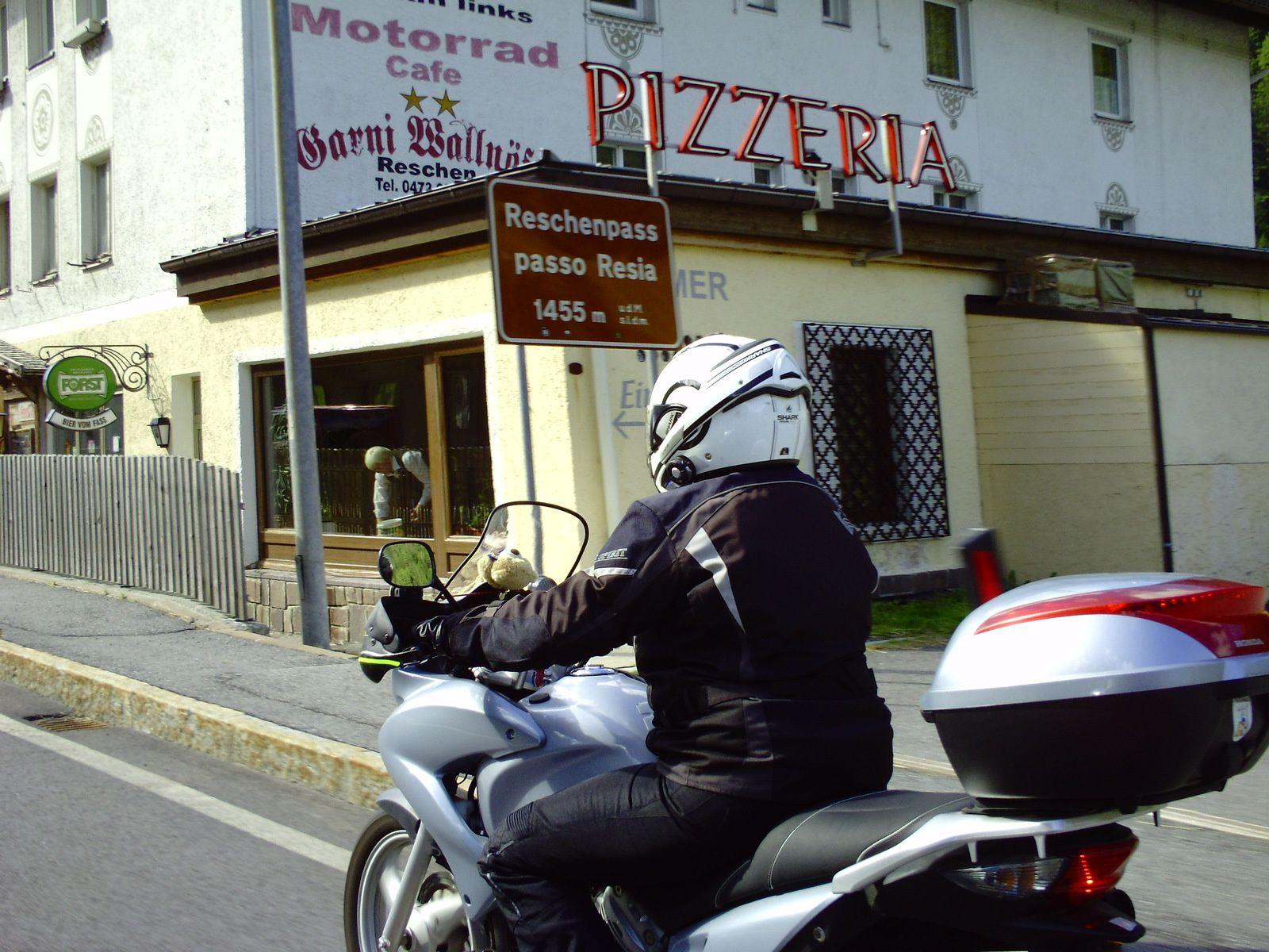 LA FRONTIÈRE ET UNE PIZZA.............. ON EST BIEN EN ITALIE