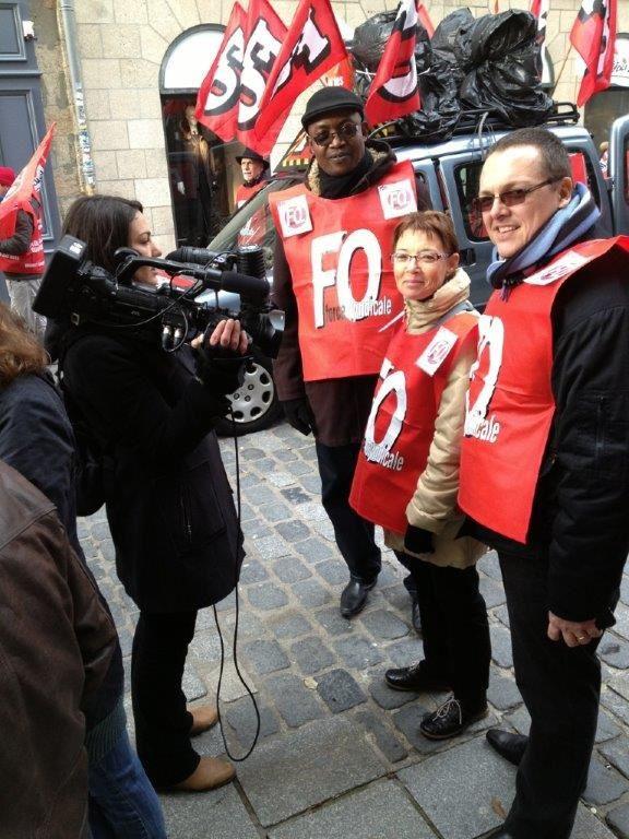 Sylvie explique à la presse locale sa situation chez Coca-Cola