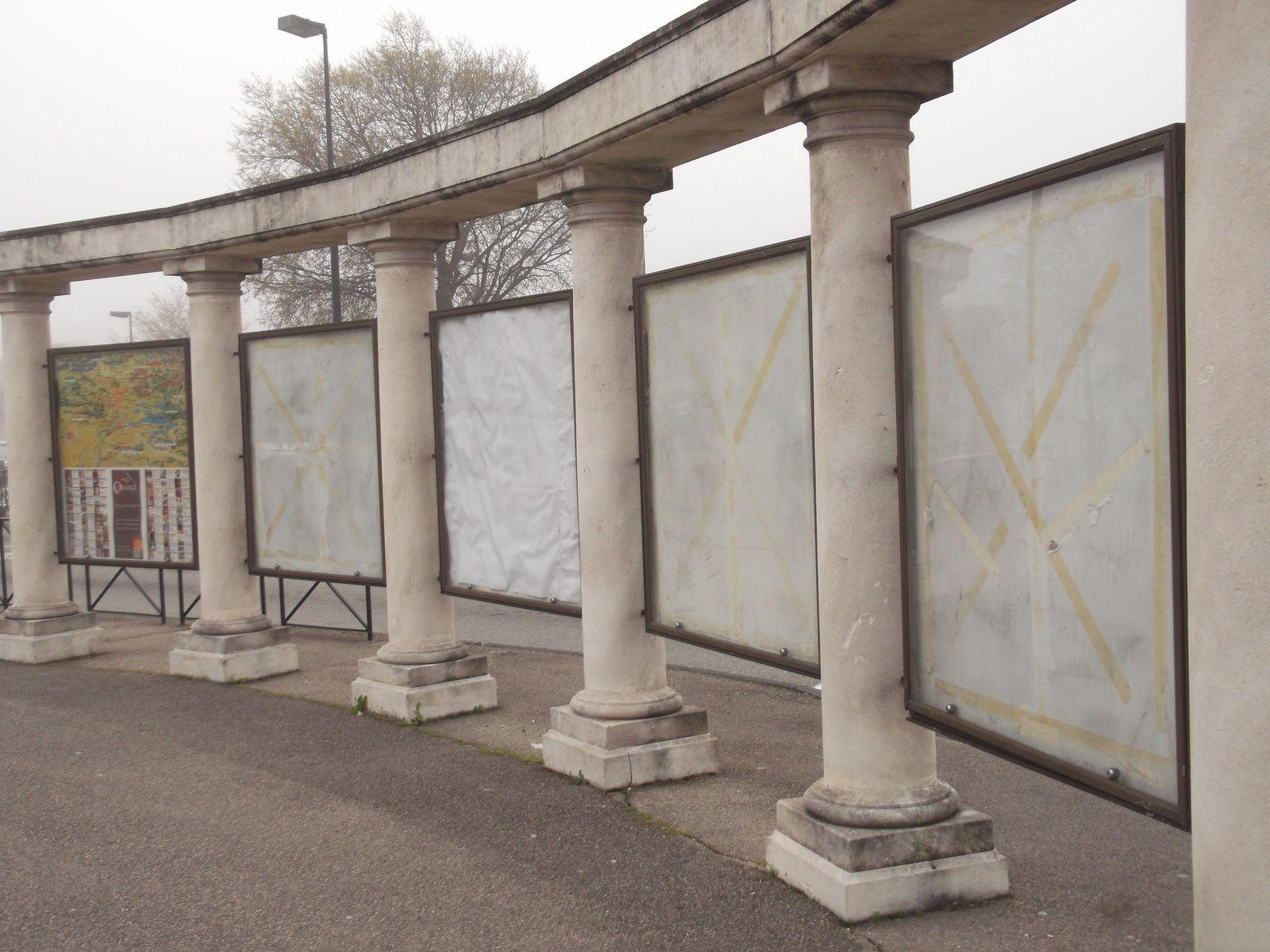 Site cracra : Plans de la ville qui occupaient ces vitrines, très abimés ont été retirés depuis plus de 10 mois. Ils attendent quoi pour les remplacer.