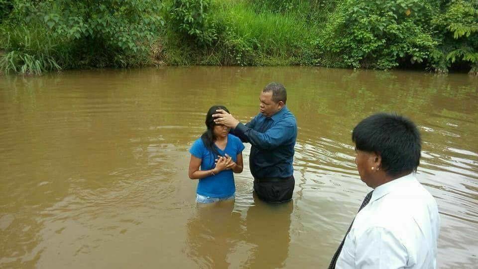 Brésil : Les photos de 35 indiens se faisant baptiser suscitent l'indignation !