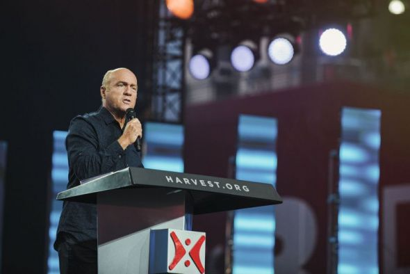 (Photo: Courtesy of Harvest America)Evangelist Greg Laurie shares the gospel at the Harvest America event at the University of Phoenix stadium in Phoenix, Arizona on June 11, 2017.