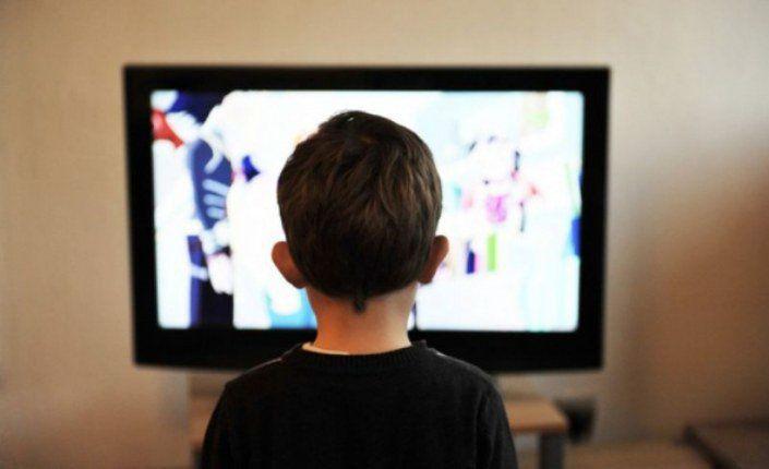 Attention ! 81% des programmes de divertissement familiale exposent les enfants à des dialogues sexuels