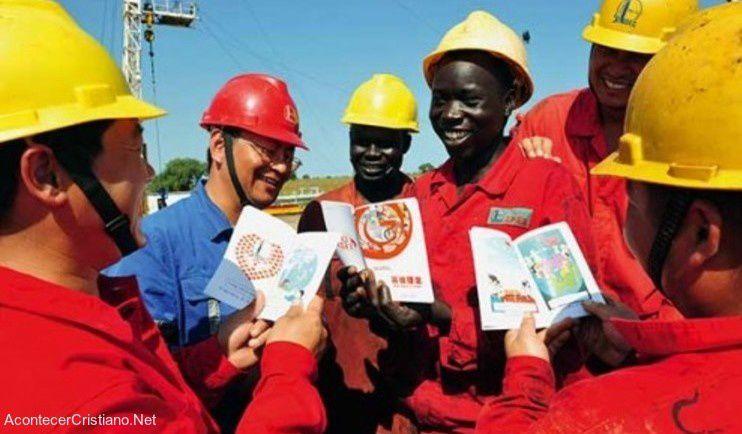 Des ouvriers chinois venus travailler dans certains pays africains, sont devenus chrétiens en découvrant l'Évangile