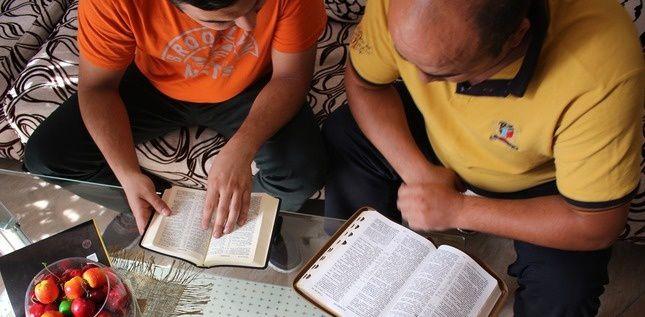 Deux chrétiens lisent la Bible en Azerbaïdjan