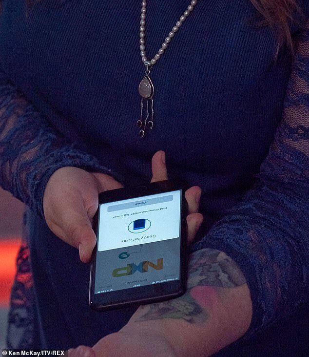 Une femme reçoit des implants qui lui servent à ouvrir des portes et à envoyer des cartes de visite