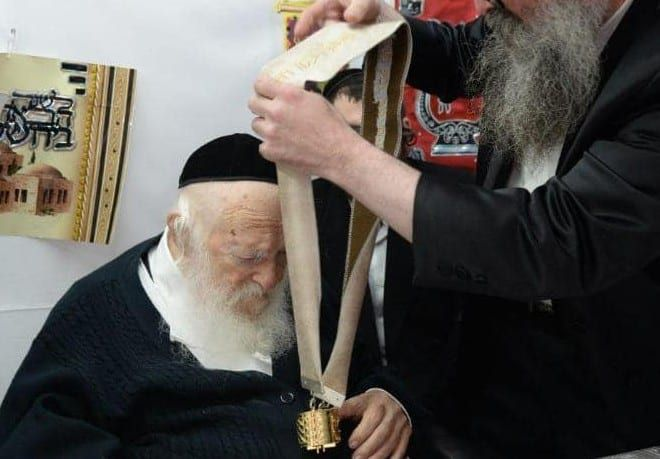 Rabbi Kanievsky wears Torah scroll (courtesy: Facebook)