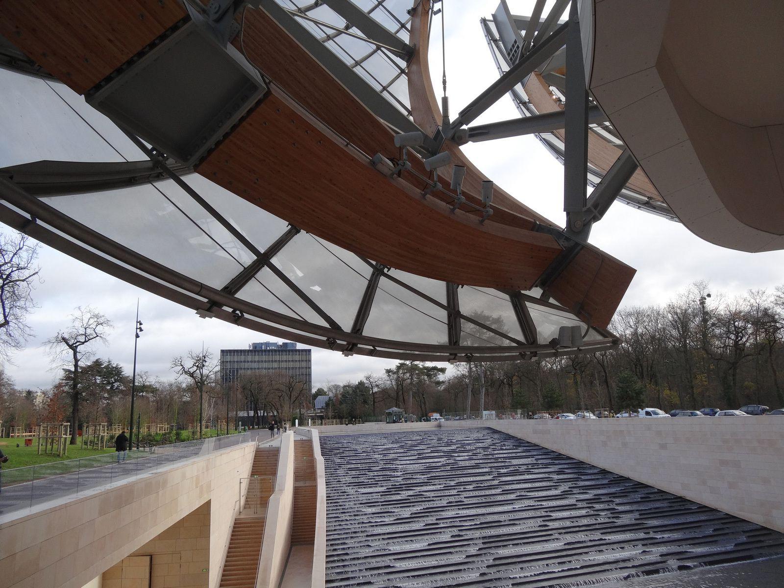 L'architecture (de Franck GEHRY) du bâtiment remplit l'espace à lui tout seul. Les quelques œuvres d'art contemporain exposées servent juste de ponctuation. Parfois les milliardaires utilisent l'argent de manière positive.
