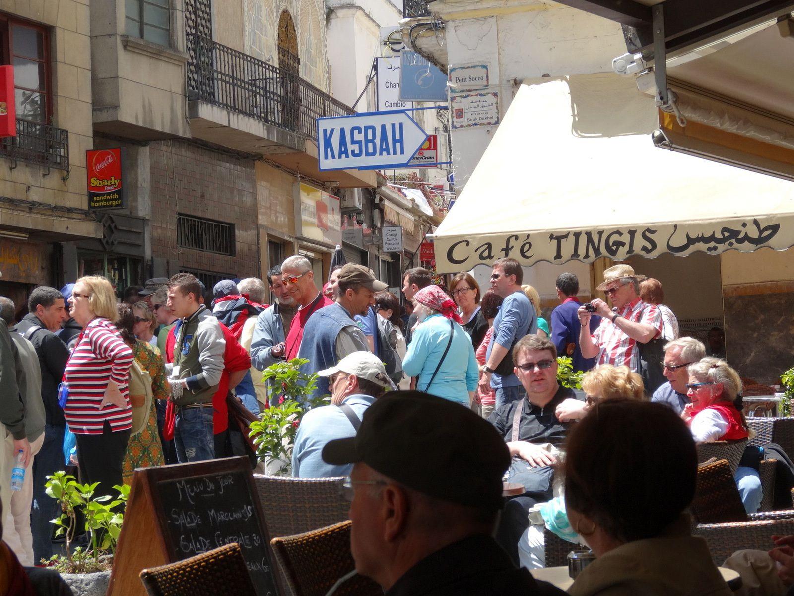 Les touristes au Petit Socco à Tanger