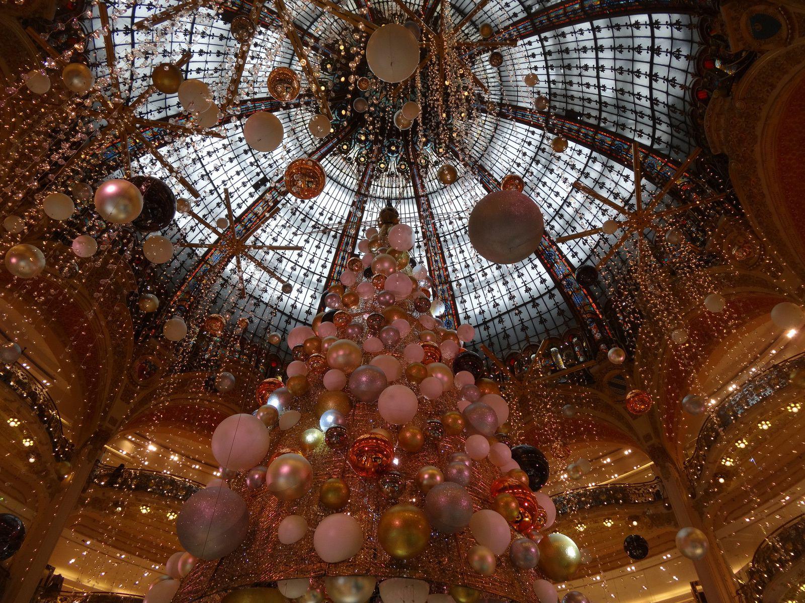Noël à Paris sous la verrière des Galeries Lafayettes (4 photos)