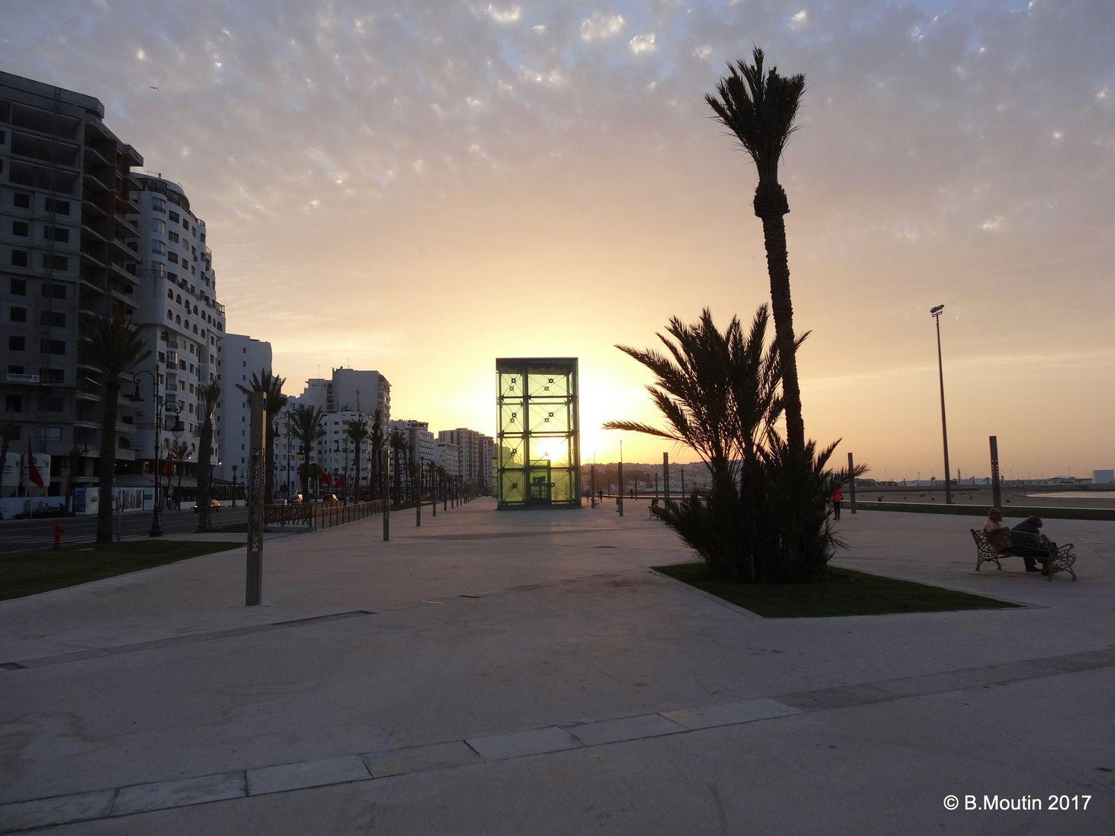 L'esplanade de la corniche à Tanger au coucher du soleil