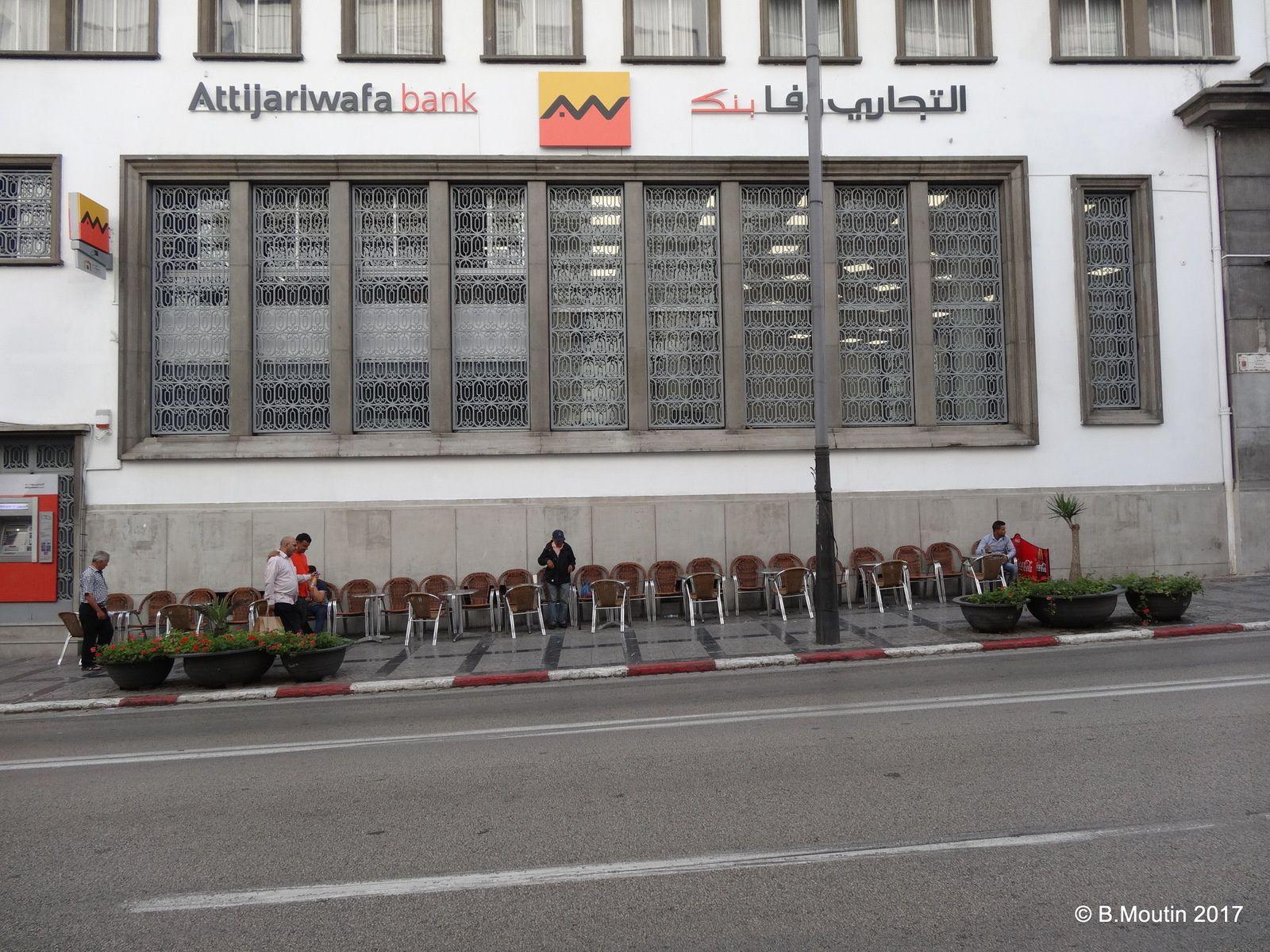 Café typique de Tanger avec alignement des chaises  le long du Boulevard