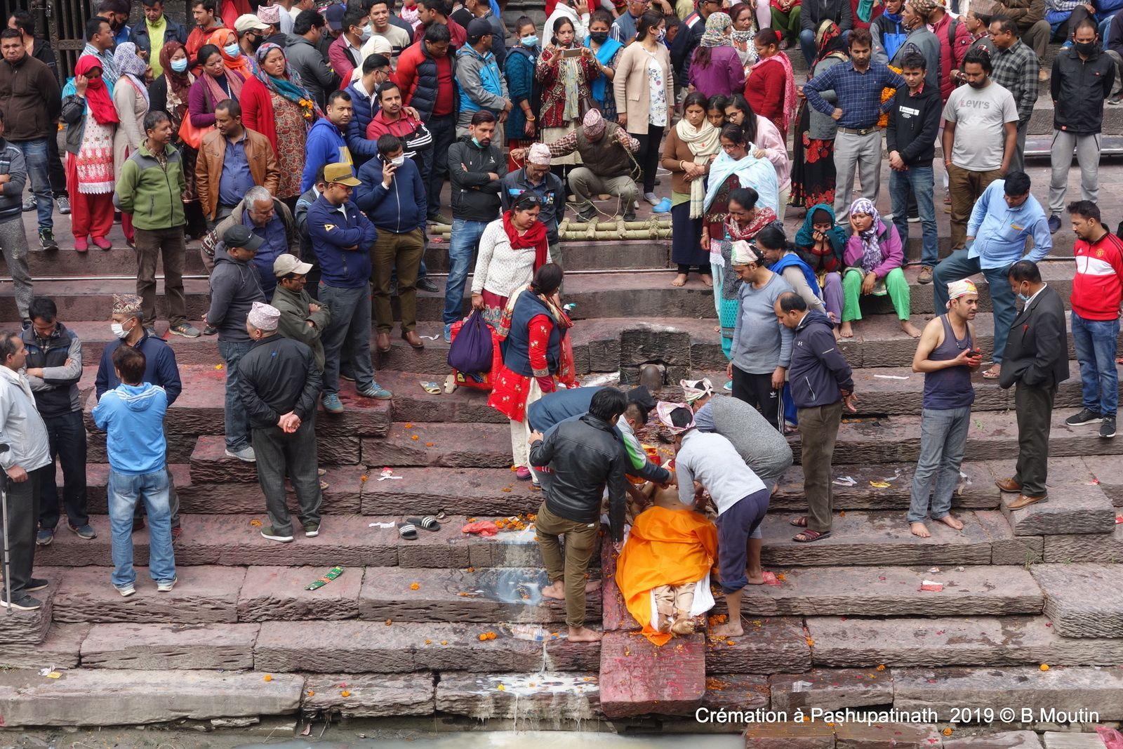 La cérémonie de purification avant crémation à Pashupatinath, Katmandou, Népal (12 photos)