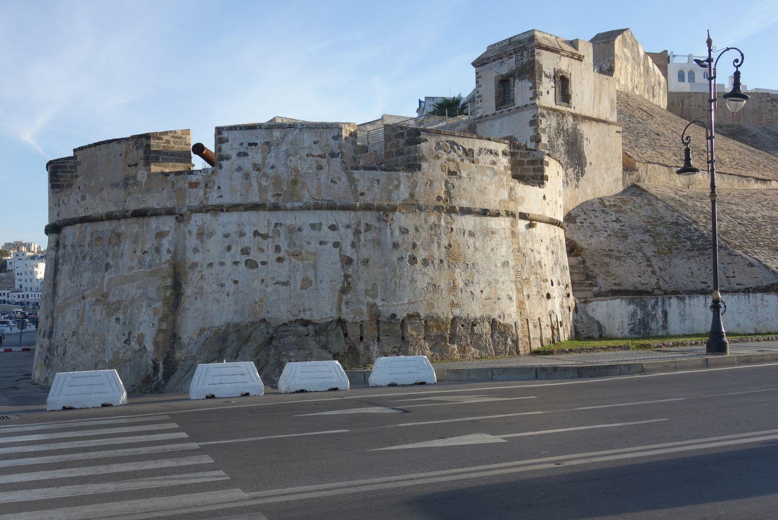 La muraille en arrivant à tanger depuis le port, c'est quand même pas mal (4 photos à cliquer)