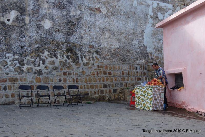 Quoi de neuf à Tanger : un charmant petit bar où l'on peut s'asseoir et contempler la mer (2 photos)