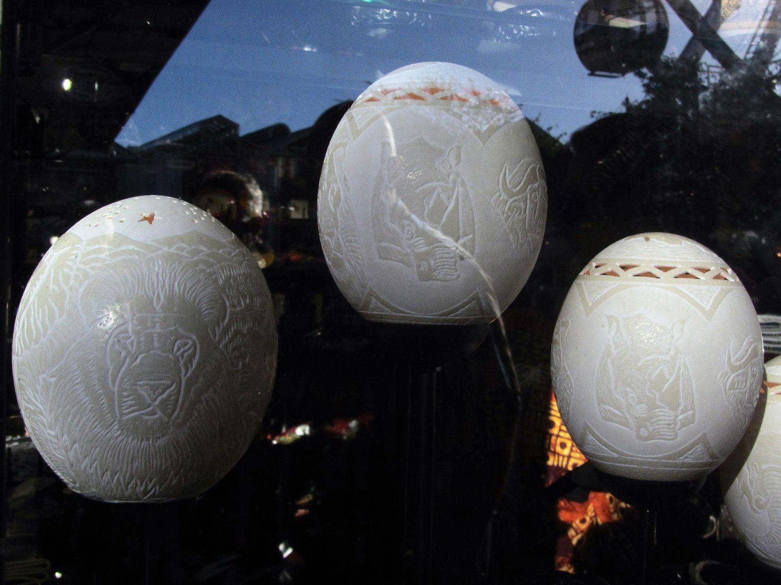 Quand à l'oeuf d'autruche, il équivaut à 20 ou 30 oeufs de poule! Il sert également à la décoration.