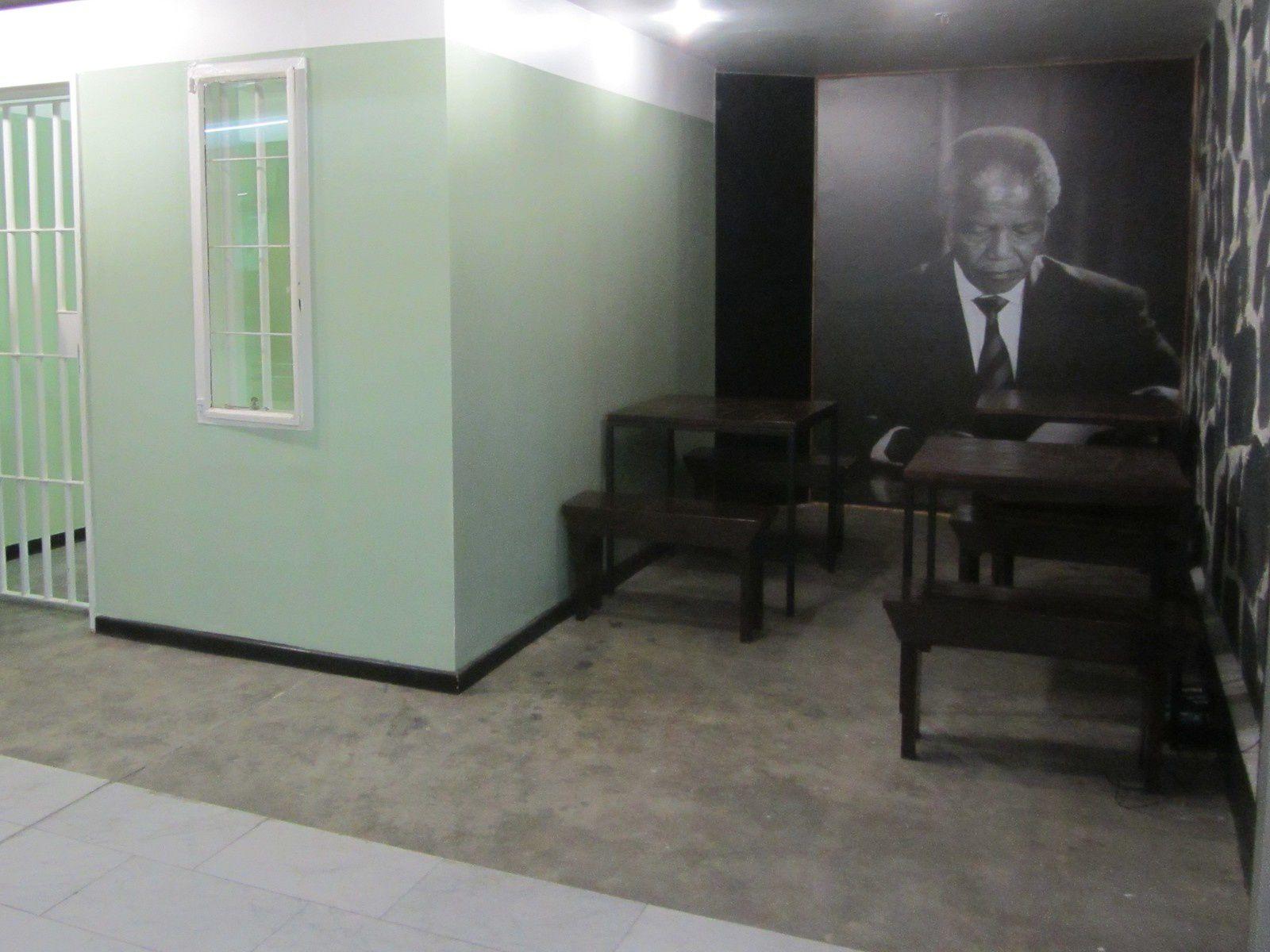Dés l'arrivée à l'aéroport, on découvre des hommages à Nelson Mandela qui lutta de toutes ses forces contre l'apartheid :  (la lutte contre le système politique institutionnel de ségrégation raciale).