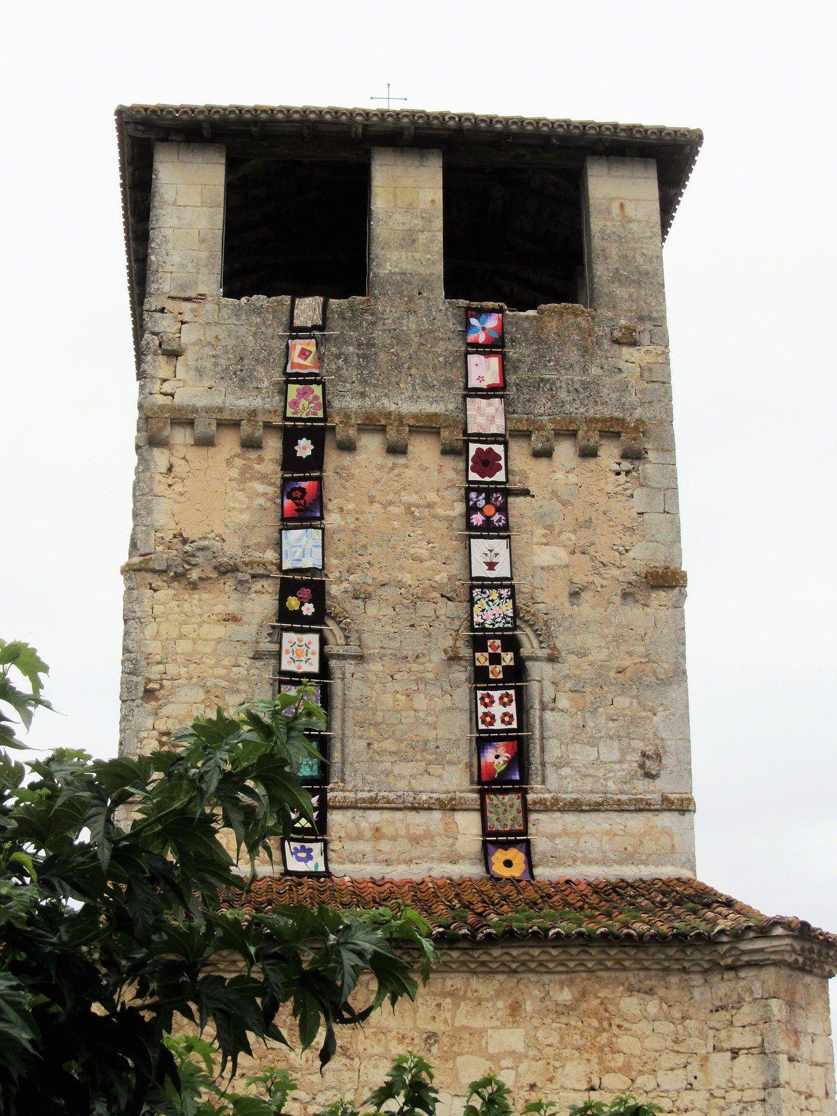 Mais ce qui m'a intriguée ce sont les bannières qu'arborait le clocher