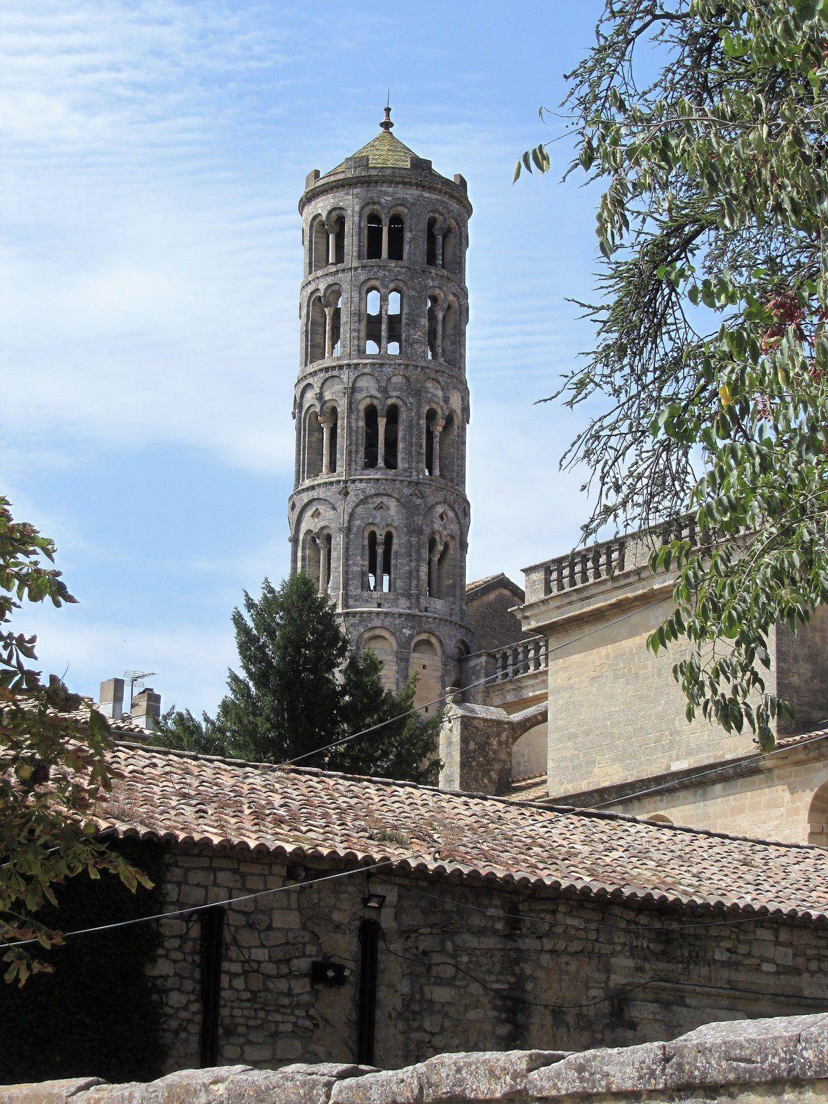 C'est en fait un vestige de l'ancienne cathédrale et l'unique exemple en France de clocher rond.