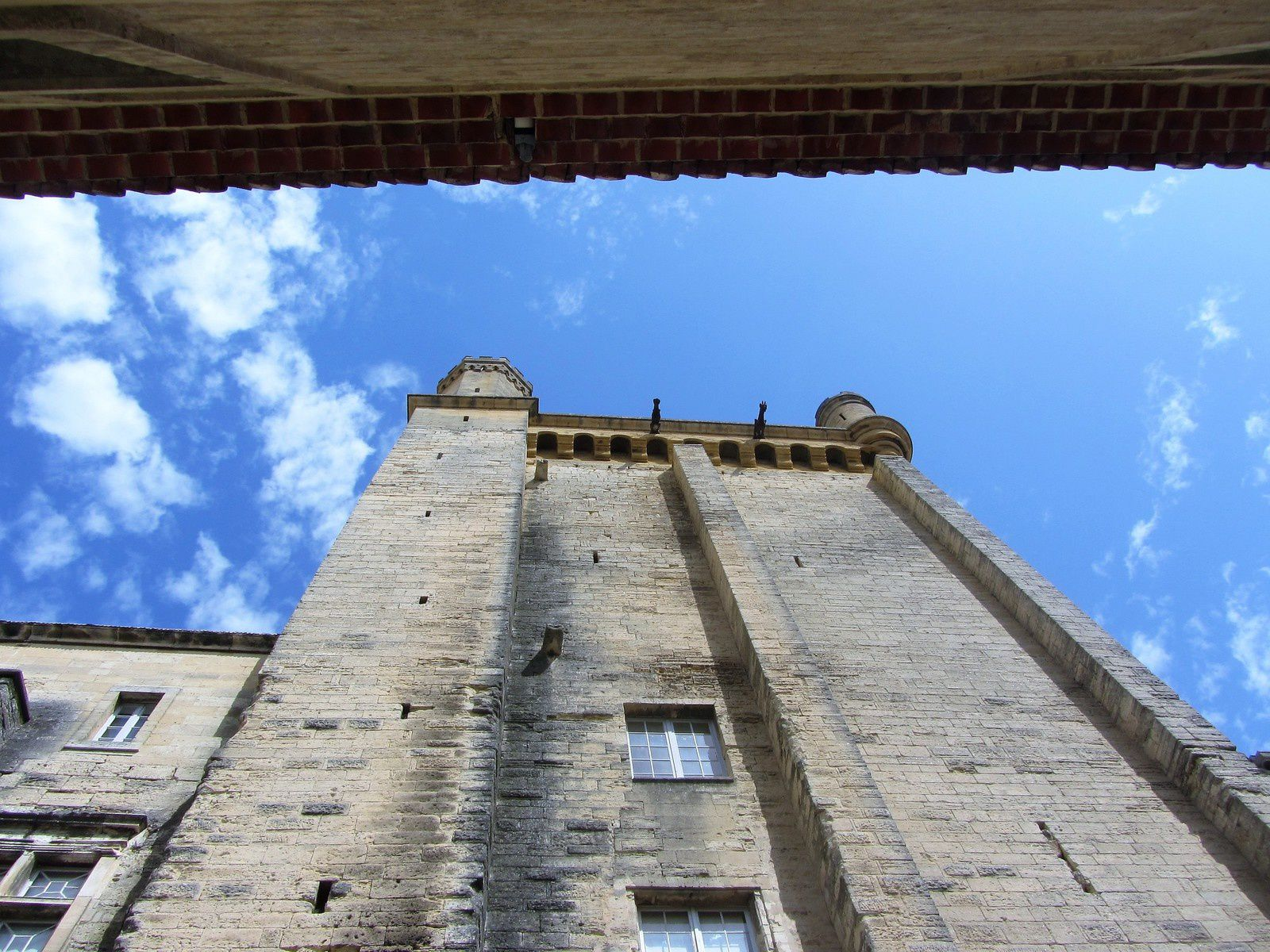 L'ensemble des bâtiments est dominé par une puissante tour médiévale