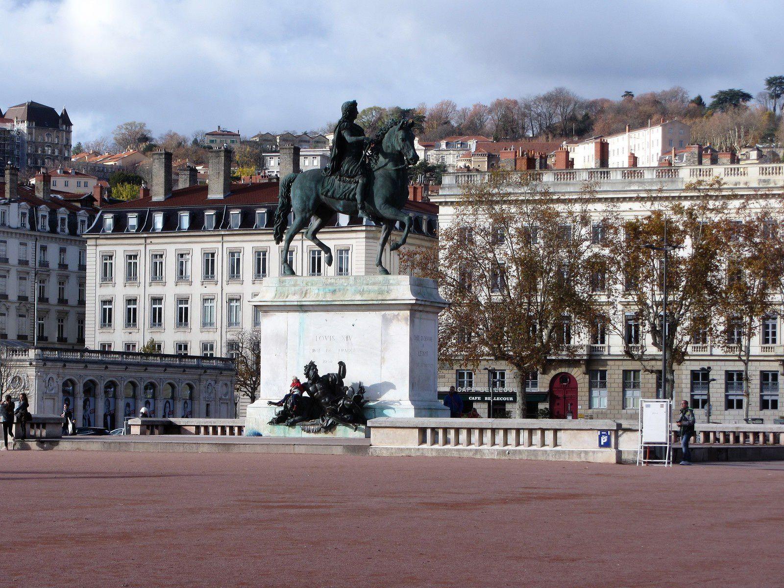 De part et d'autre du piédestal de la célébre statue équestre de Louis 14 se trouve les allégories du Rhône et de la Saône.Ici on aperçoit un vieillard barbu couronné et allongé sur un lion couché, il s'agit donc du Rhône