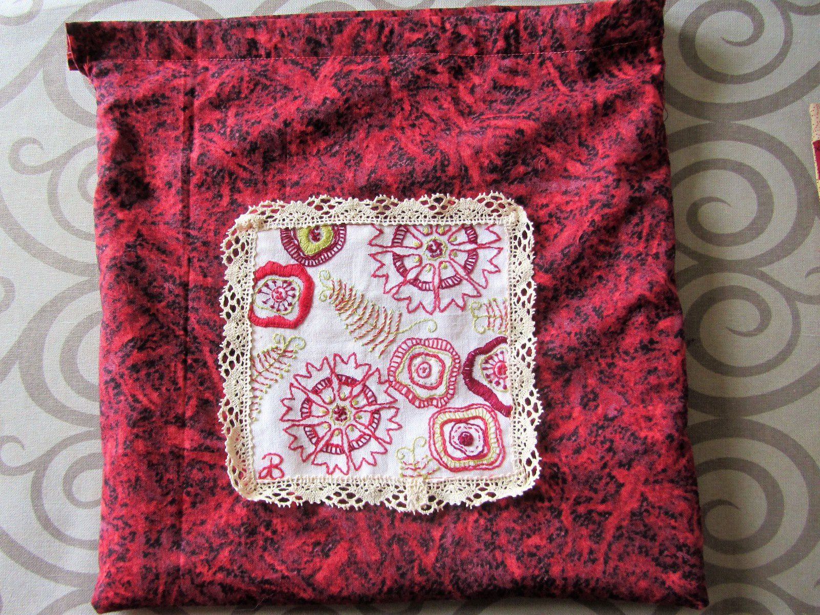 Un sac doublé d'un autre tissu, avec un rabat qui servira à passer les tiges du fermoir.