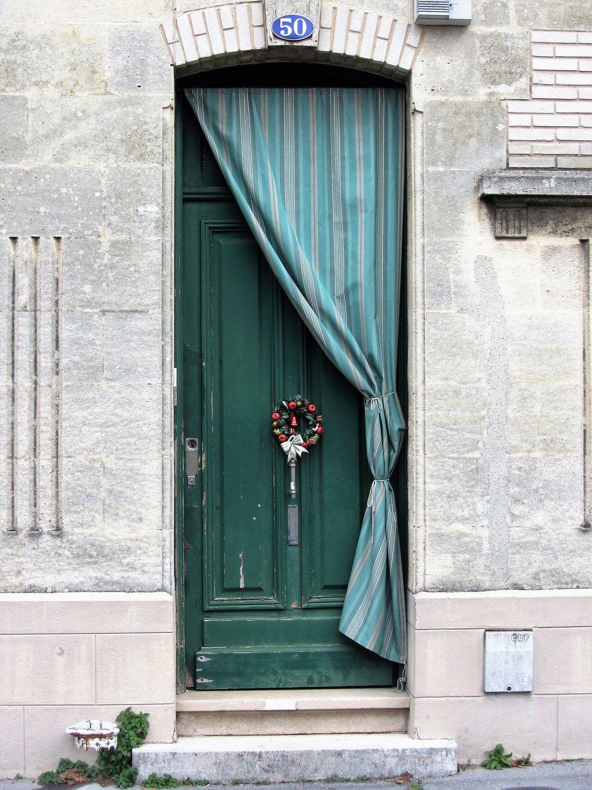 J'ai également noté que les beaucoup de portes étaient protégées de rideaux. La seule explication que j'ai pu trouver était que c'est pour protéger la porte des intempéries et de la pollution. Mais les bordelais auront peut être un autre explication à donner ??? Avis aux Bordelais de passage sur le blog.