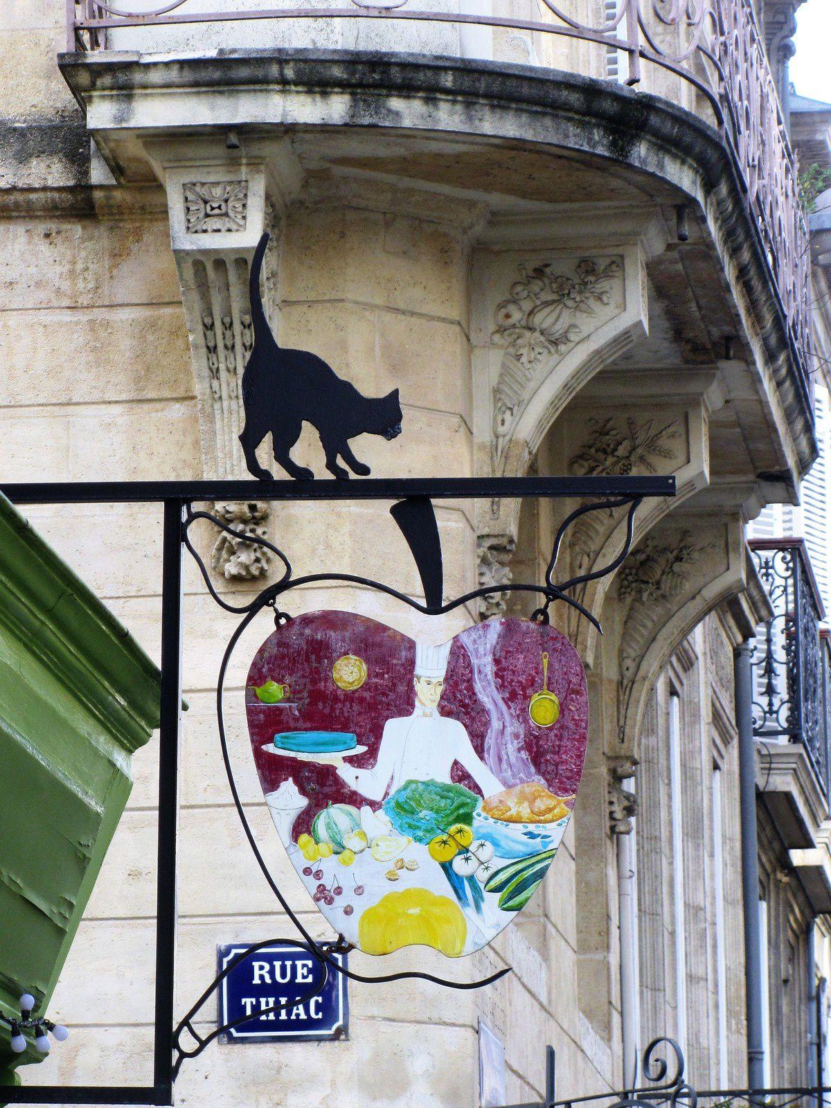 Quand nous étions allés en Alsace au mois de spetembre dernier, je m'étais régalée avec les enseignes. Ici à Bordeaux elles sont moins nombreuses. Voici pour commencer le petit chat équilibriste d'un restaurant.