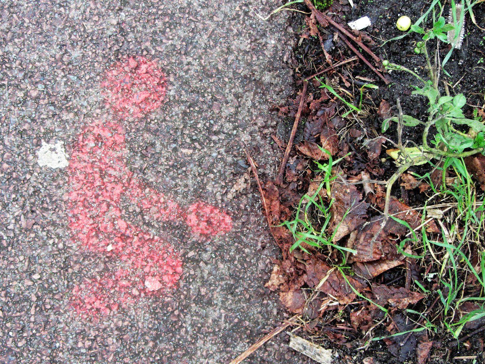 Sur le chemin pour m'y rendre, des pictogrammes sur le trottoir. Avec la particularité d'utiliser avec humour les caractéristiques du bitume.