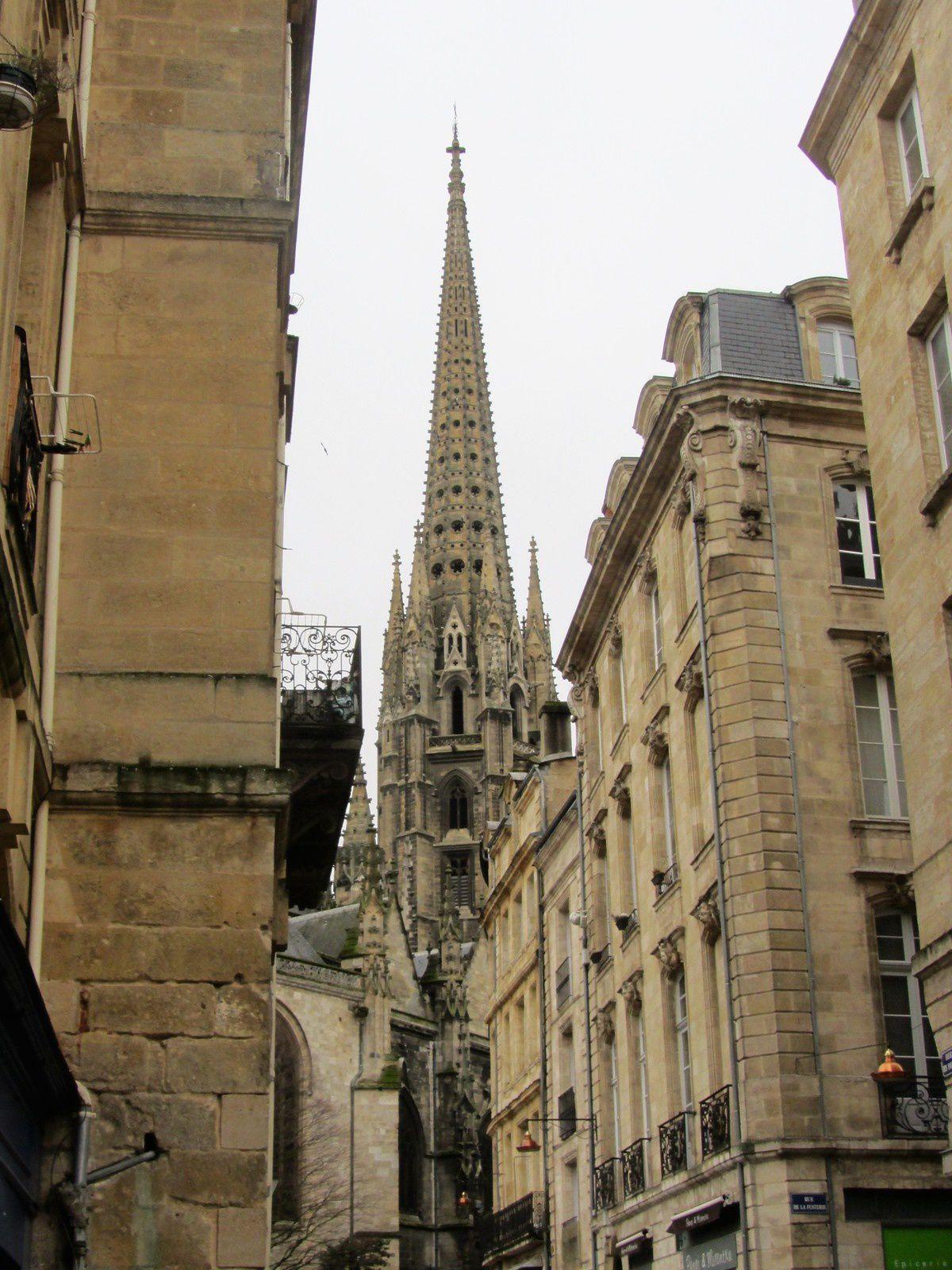 La basilique Saint-Michel est l'un des principaux lieux de culte catholique de la ville de Bordeaux. elle est de style gothique flamboyant.