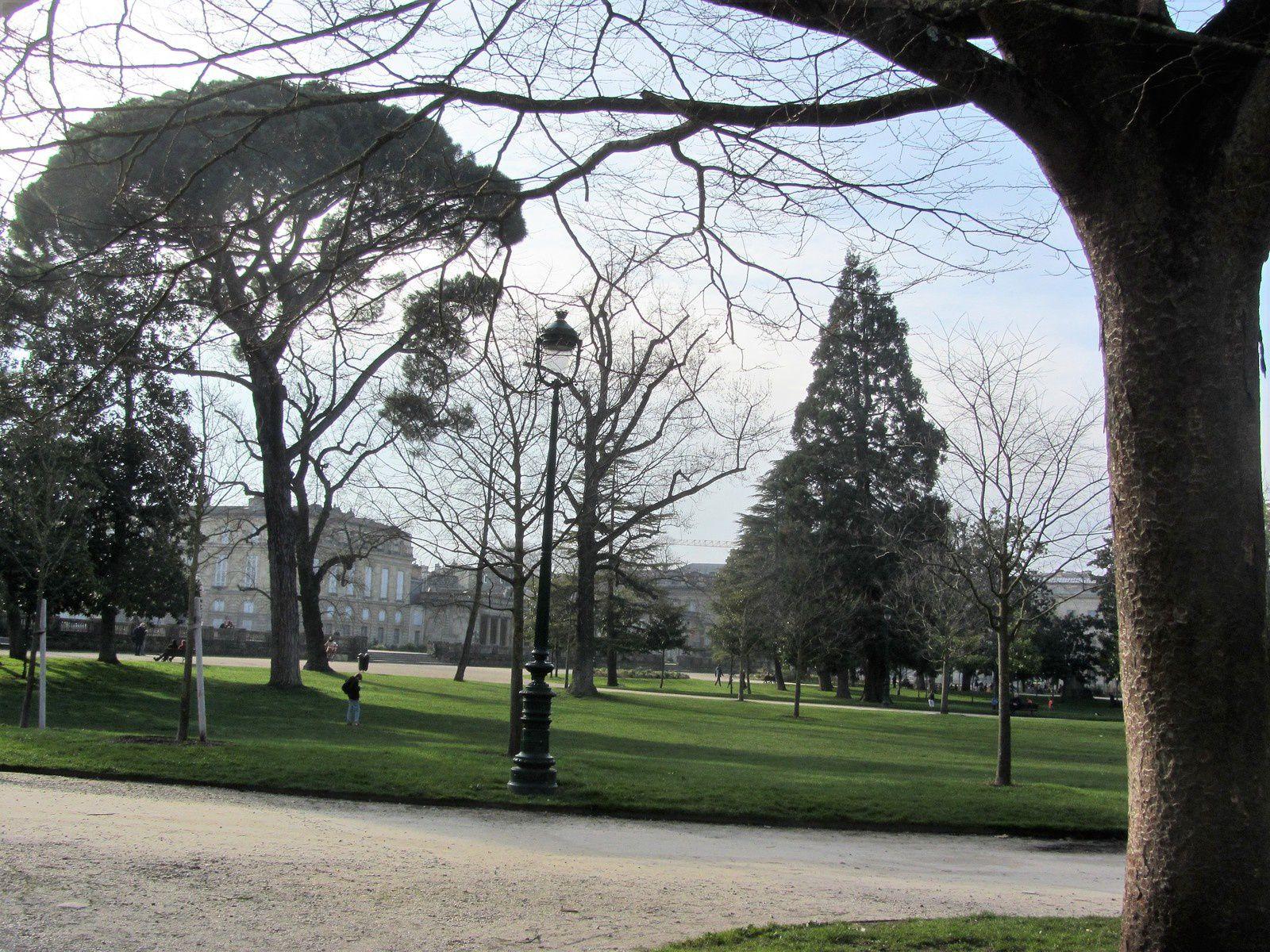 Le jardin public est un lieu de promenade,certes, mais il peut aussi être autre chose...