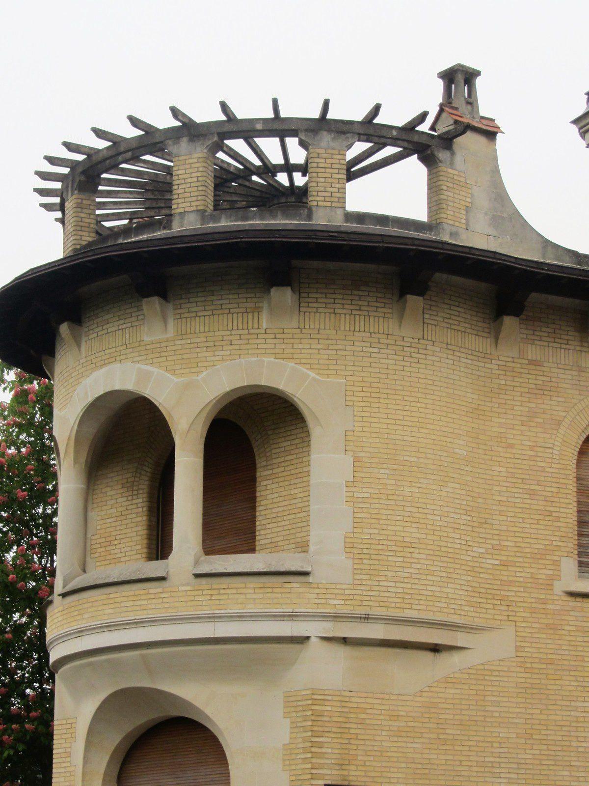 A  l'angle de la rue et face à l'entrée principale, cette villa plus récente, avec sa terrasse circulaire pour une vue sans doute sans pareille.