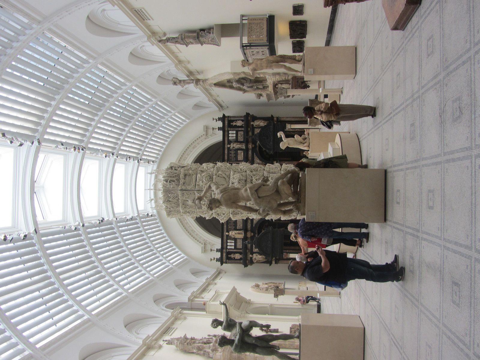 Les objets sont exposés selon cinq grandes catégories : Asie, Europe, matériaux et techniques, objets modernes et expositions.