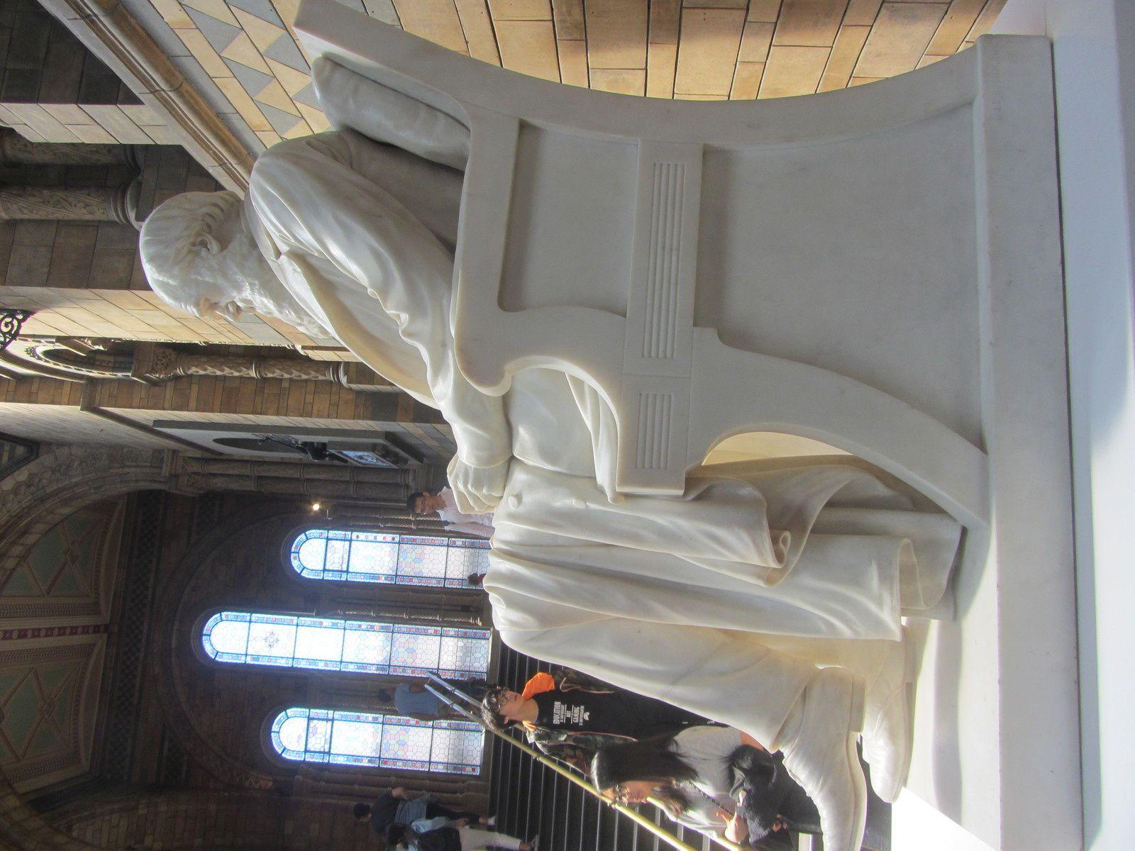 En haut des escaliers de l'entrée Darwin acceuille les visiteurs.