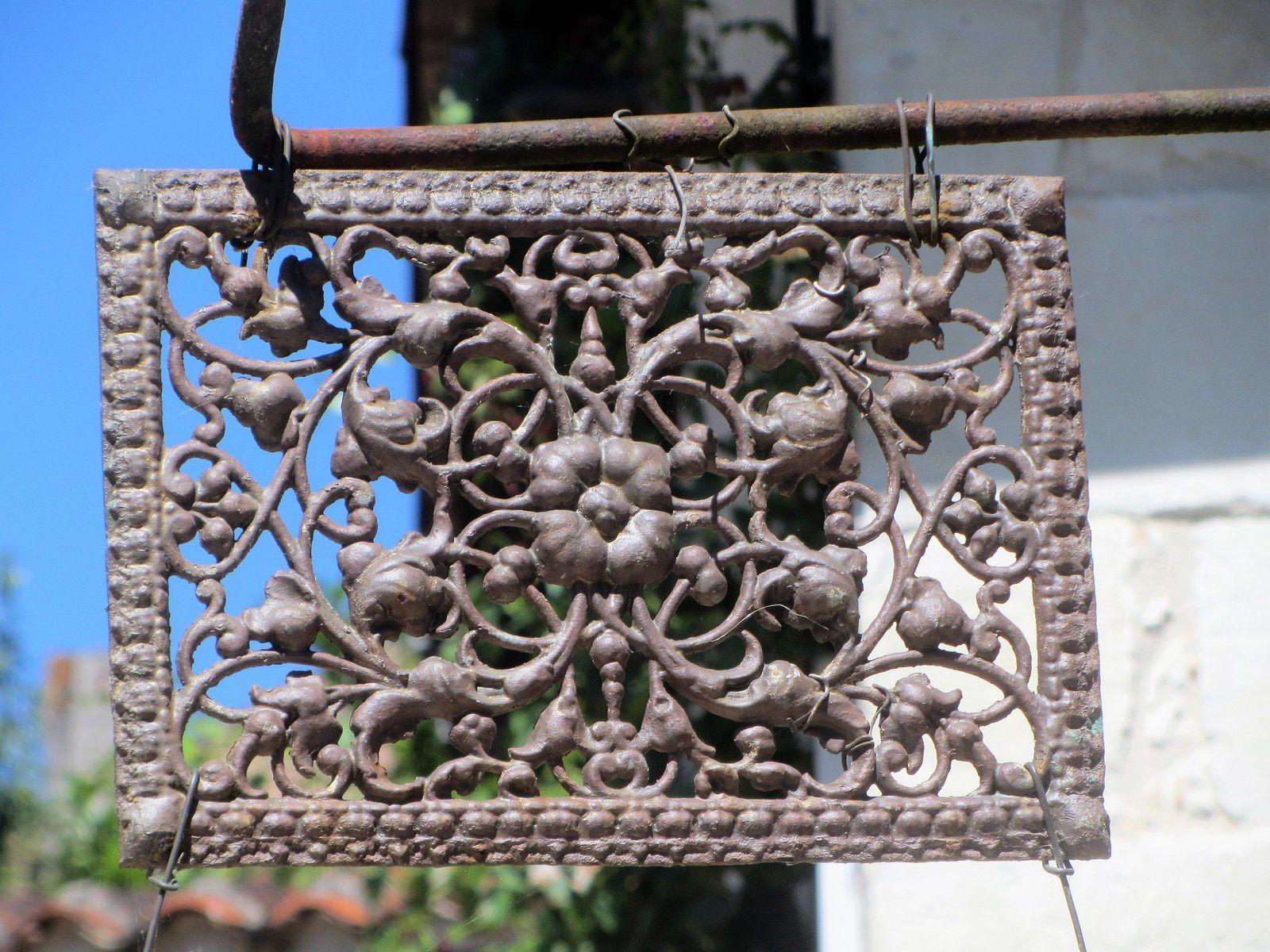 La dentelle de métal qui signale une entrée, par ses arabesques.