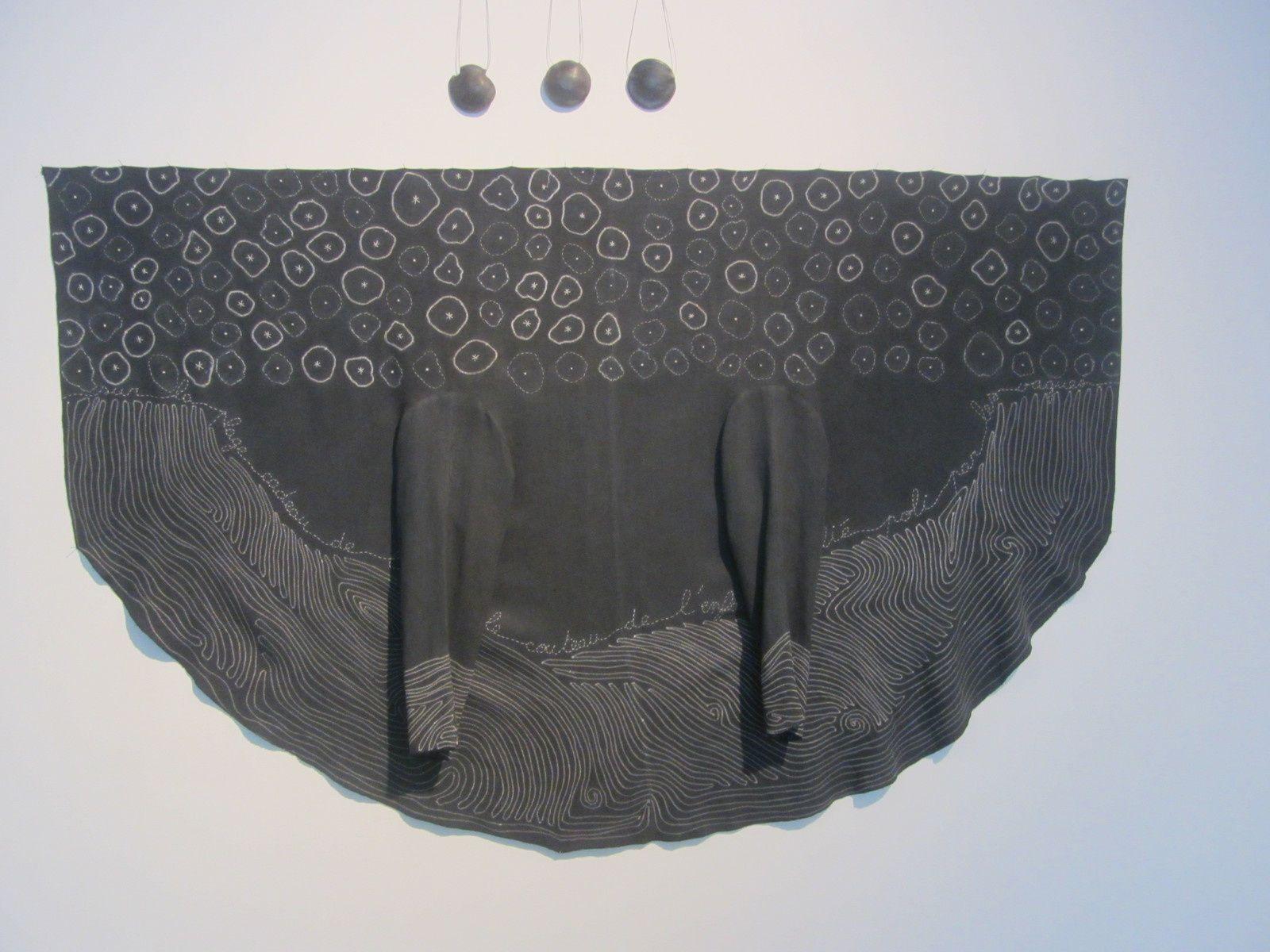 Entre surface et volume, le vêtement devient peinture et sculpture.