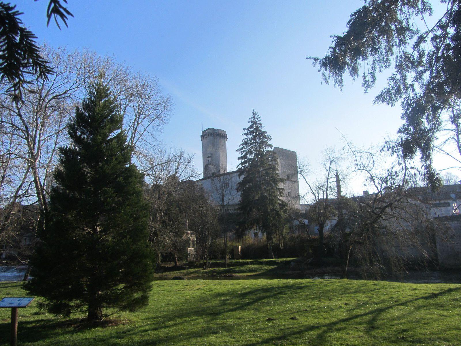 La principale attraction de Bourdeilles est son château avec une forteresse au donjon orgueilleux qui date du 13 éme siècle.