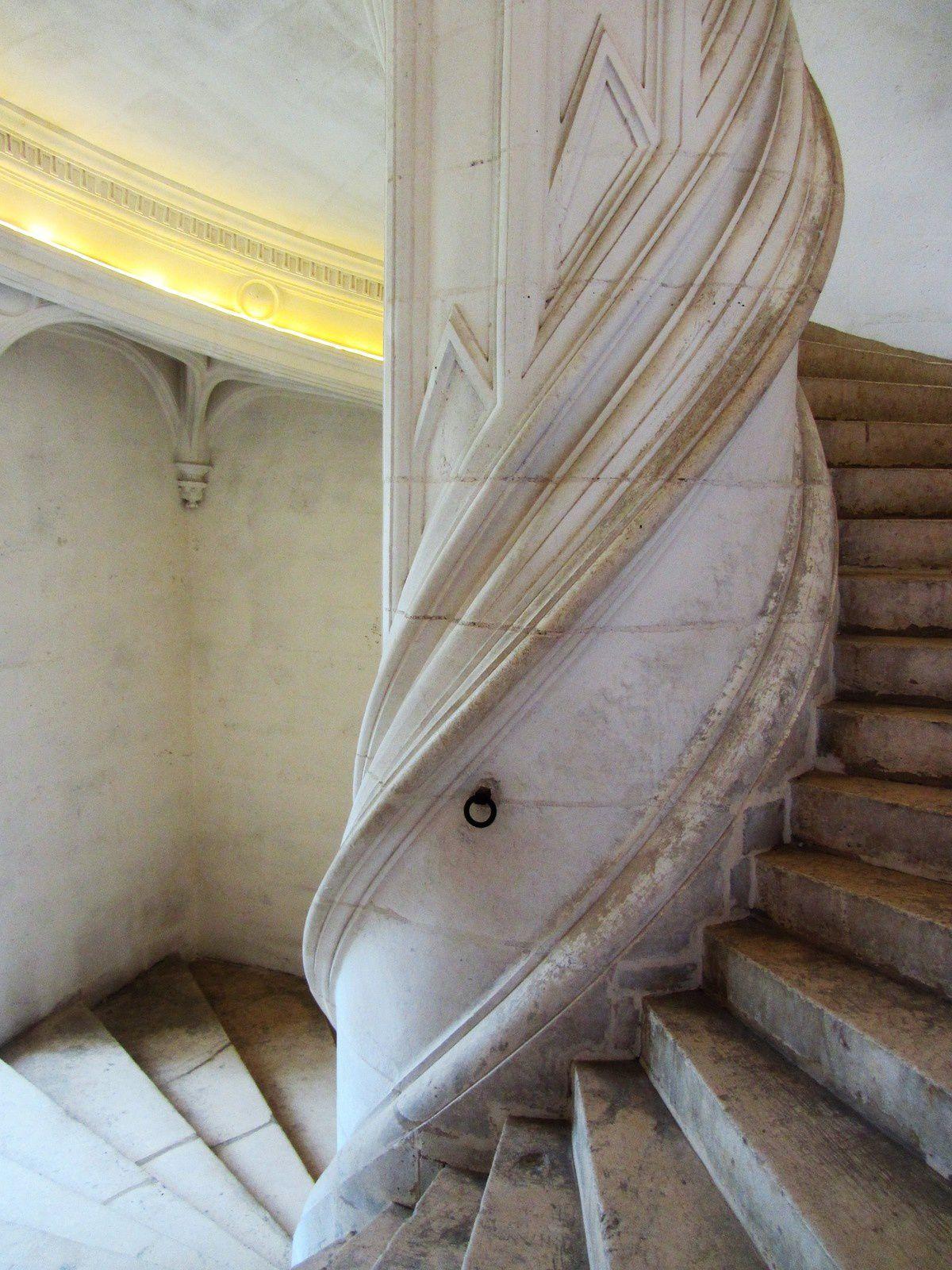 De type traditionnel en vis avec un noyau puissament torsadé. Il n'est pas sans rappeler celui de Blois ou de Chambord.