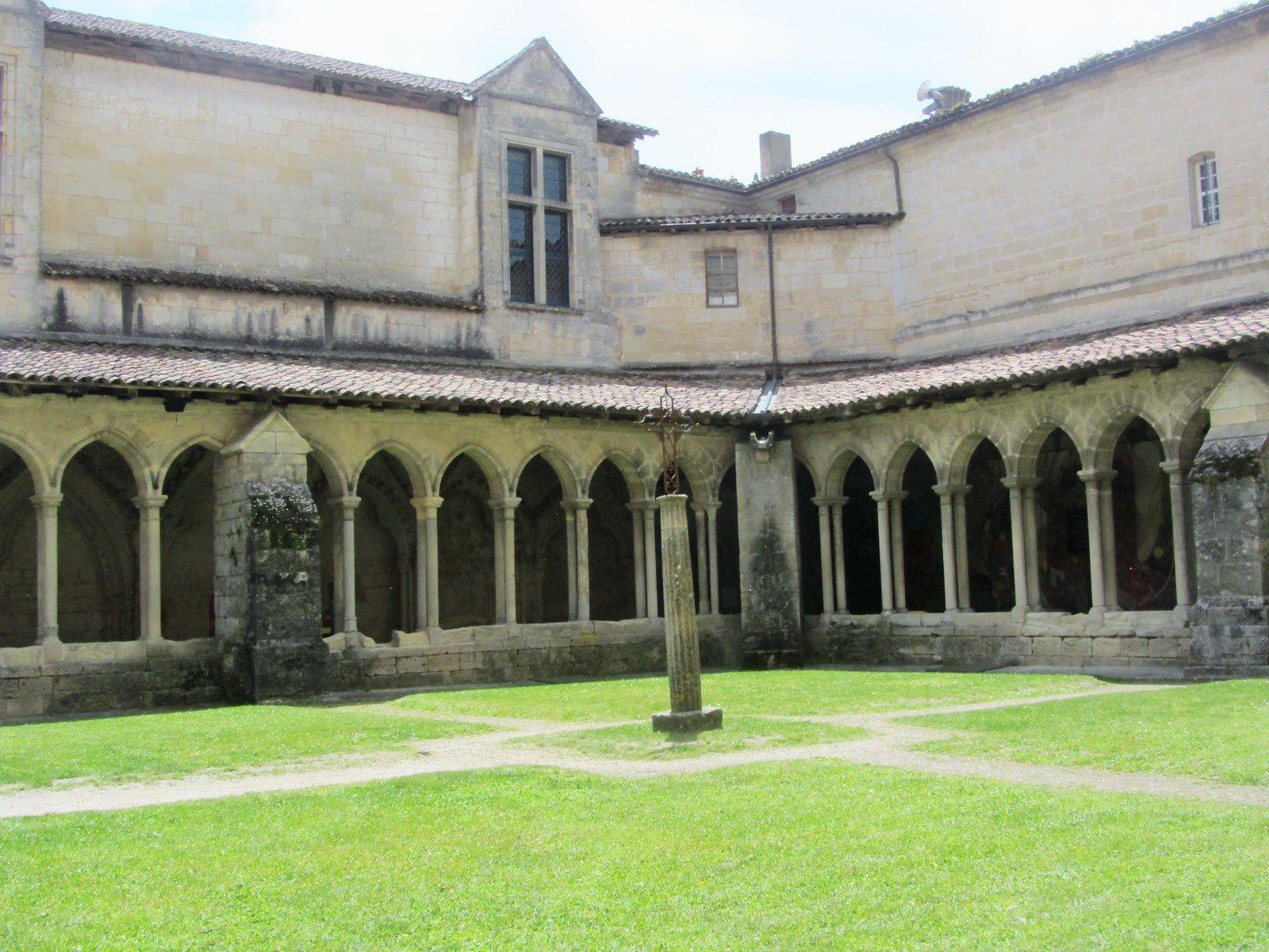 La fresque de l'Apocalypse, réalisée par l'artiste lot-et-garonnais François Peltier se trouve dans le cloître de l'église collégiale de Saint-Émilion.