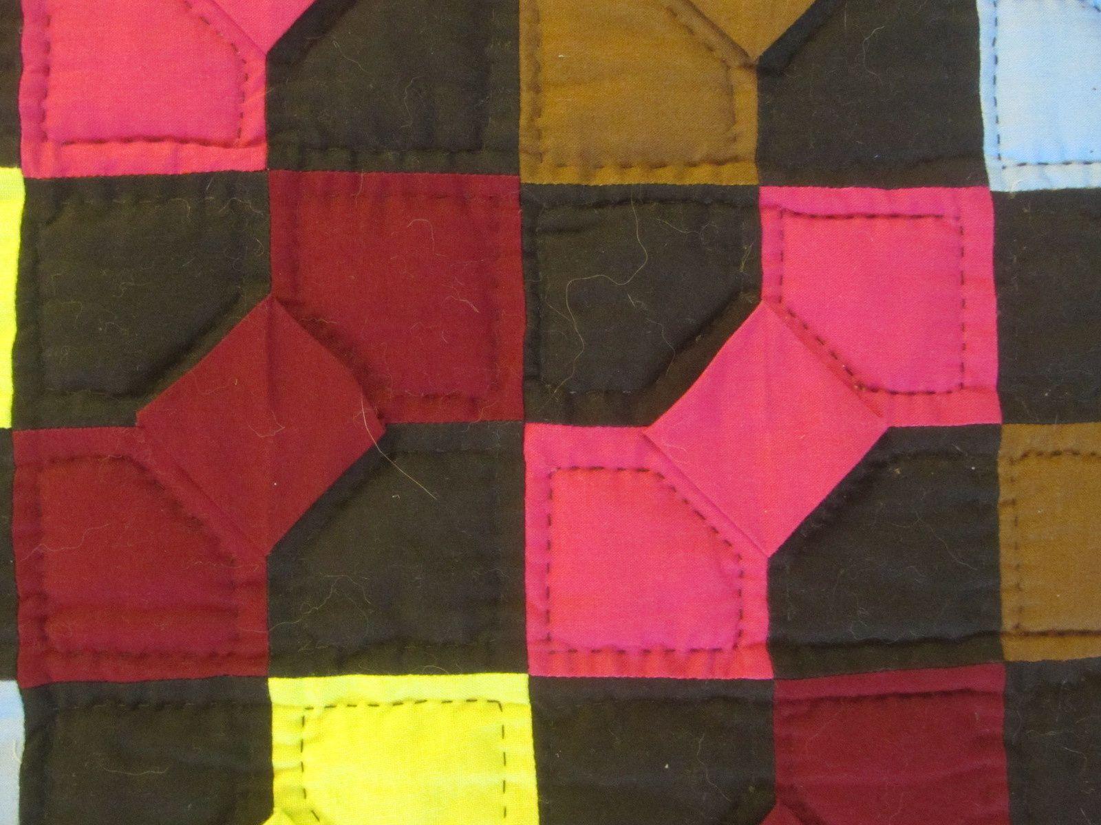 Petits noeuds en relief, pour un amish aux couleurs inhabituelles surtout pour le jaune.