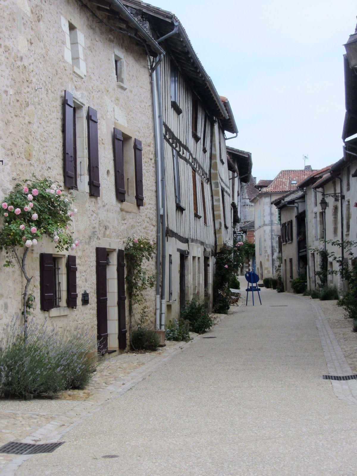 Chaque année depuis 1982, début mai, pendant tout un week-end, de nombreuses personnes se rendent aux Floralies de Saint-Jean-de-Côle
